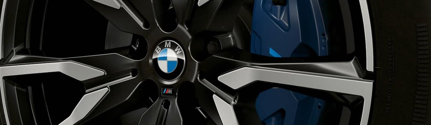 Close up shot of the BMW badge on the rim of a 2020 BMW X7