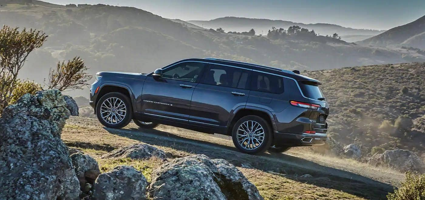 Grand Cherokee L driving up a hill